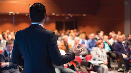 Écouter des discours de motivation peut vous inspirer en élevant votre énergie pour vous maintenir dans un esprit créatif.